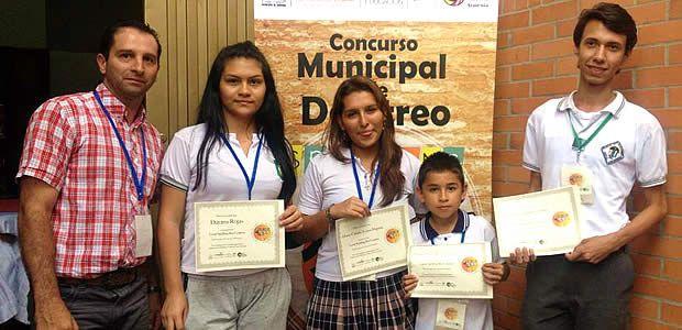 Becas de estudios avanzados y tablets recibieron ganadores del concurso municipal Spelling Bee Contest en Armenia