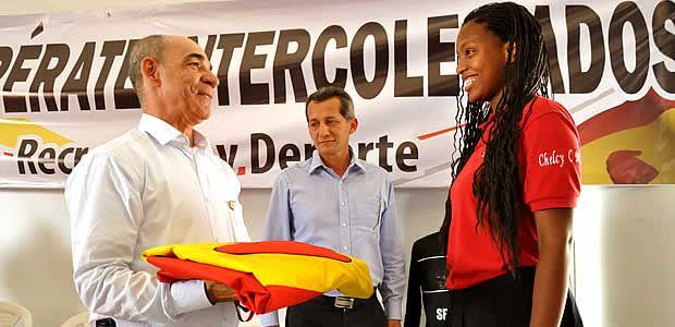 Deportistas de los juegos Supérate Intercolegiados, recibieron la bandera de parte del alcalde de Pereira