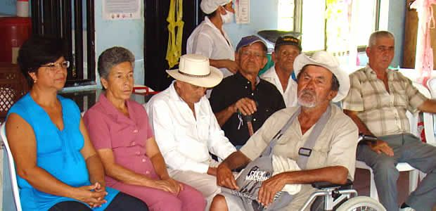 Bloqueados adultos mayores en Cartago para recibir el subsidio económico del Estado