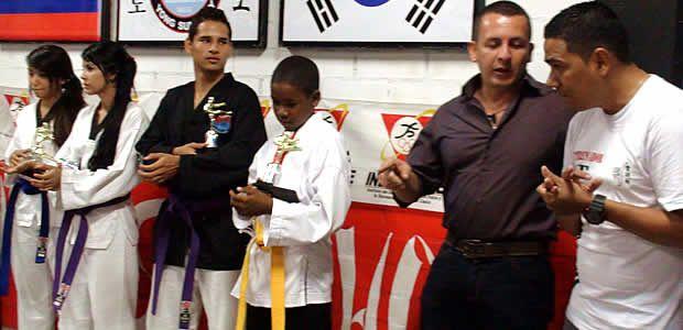 Maestro de artes marciales de la ciudad de Cartago dona implementos a la Academia de Ansermanuevo