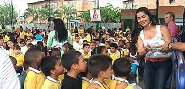 La navidad llegó a niños de Aguablanca con la primera dama del departamento