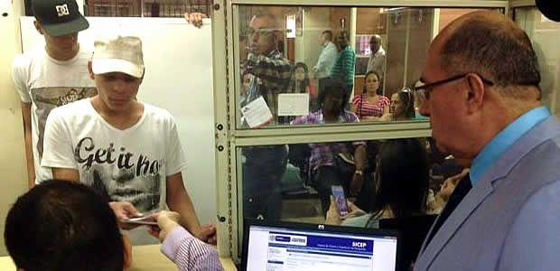 Gobernador del Valle visitó Oficina de Pasaportes ante quejas por congestión en la atención