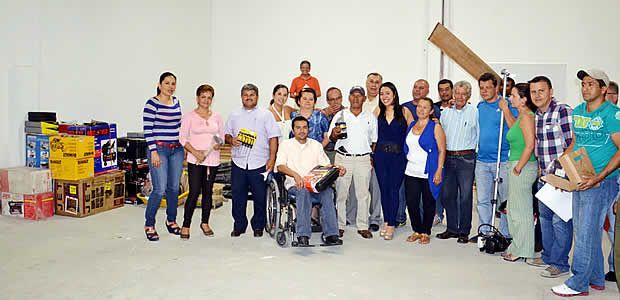 Entrega de maquinaria y herramientas de presupuesto participativo a la Comuna 8