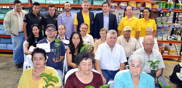 Alcaldía y Comité Departamental de Cafeteros entregaron 30 mil colinos de café a 13 familias caficultoras en Armenia