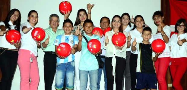Primera dama entregó 300 balones en diversas comunas de Cali