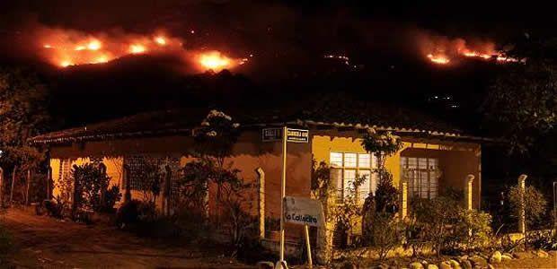 Voraz incendio forestal amenaza zona rural de Yumbo, Valle
