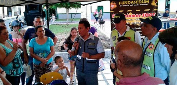 Fundación socializa casco reglamentario que deben usar los motociclistas