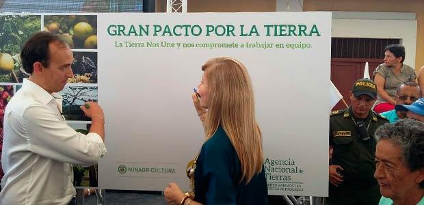 """Gobernadora firmó """"Gran pacto por la tierra"""" con campesinos del Valle"""
