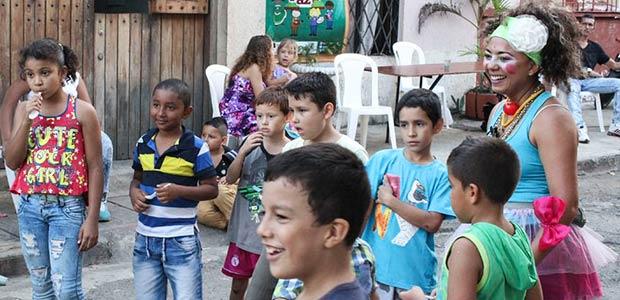 En su mes, los niños en el Valle se disfrazan de paz