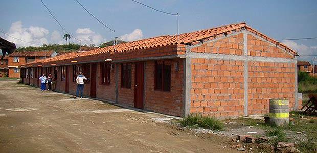 Gobierno de Cartago entrega viviendas a 12 familias de El Verdúm en la comuna siete