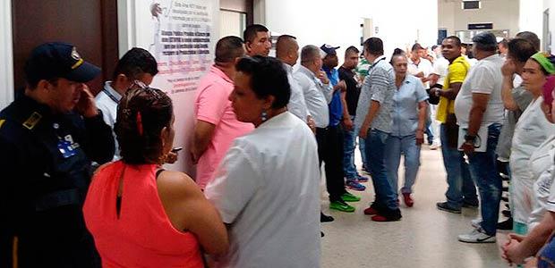 Gobierno del Valle rechaza agresiones de manifestantes que afectan a pacientes y administradores