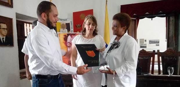 La cantante Amparo Escobar recibe homenaje en el mes del artista nacional