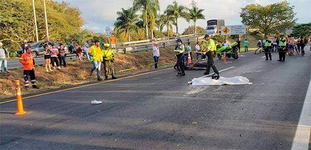 Una mujer murió en accidente de tránsito entre tren cañero y motocicleta en la vía Zarzal - La Paila