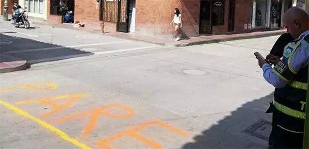 Insólito caso de hombre multado por demarcar una señal de pare en la esquina de su trabajo