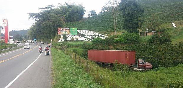 Una tractomula se salió de la vía entre Chinchiná y Pereira