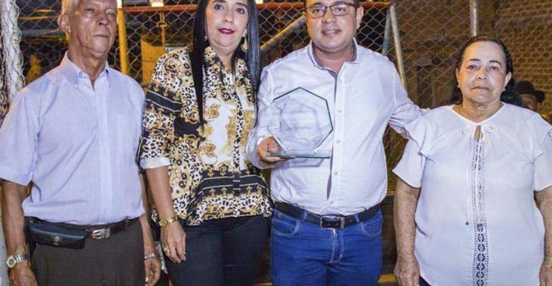 Comunidad de San Vicente entregó reconocimiento al alcalde de Cartago