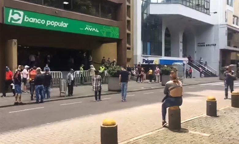 Adulto mayor fue en ambulancia hasta un banco de Pereira a colocar una firma