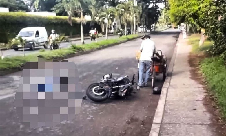 Motociclista muere al ser atropellado por un camión en Cartago