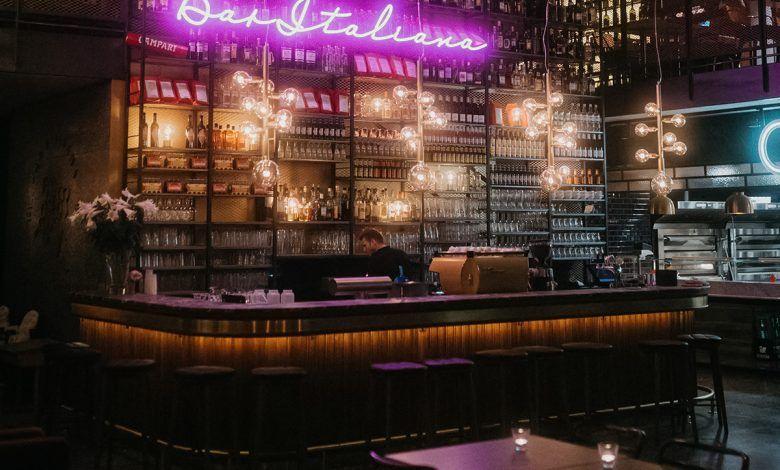 Autorizan planes piloto para consumo de licor en bares