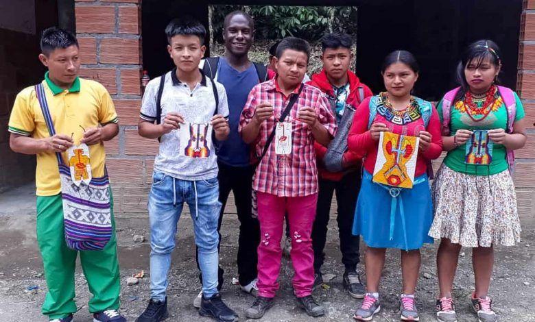 El 'profe' que utiliza la música, artesanías y un tablero 3D para enseñar a los Emberas en Pueblo Rico