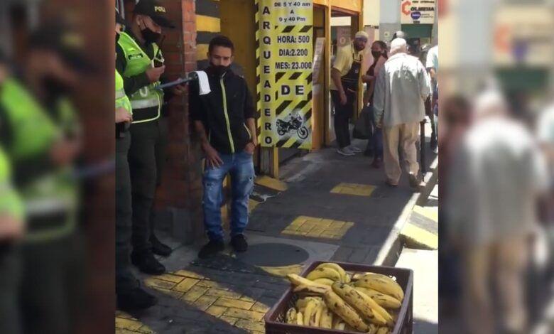 Policía multó a un hombre por vender bananos en el centro de Pereira