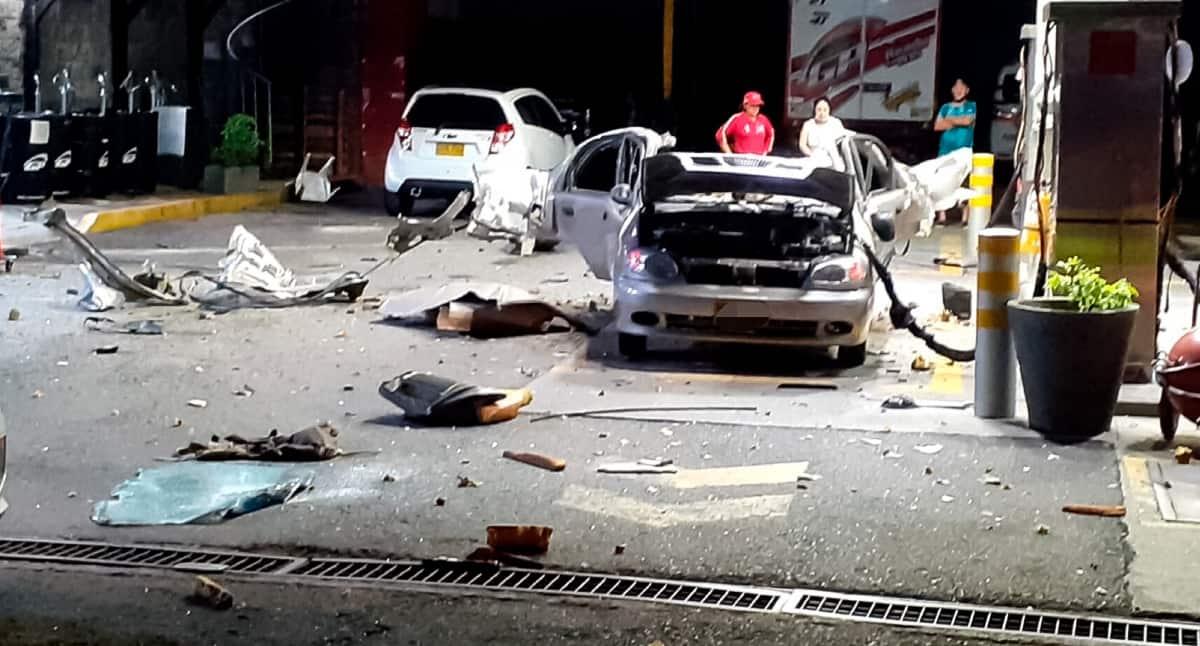 Explosión de vehículo deja tres personas heridas.